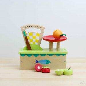 Balanza de madera con frutas para cortar - Tender Leaf