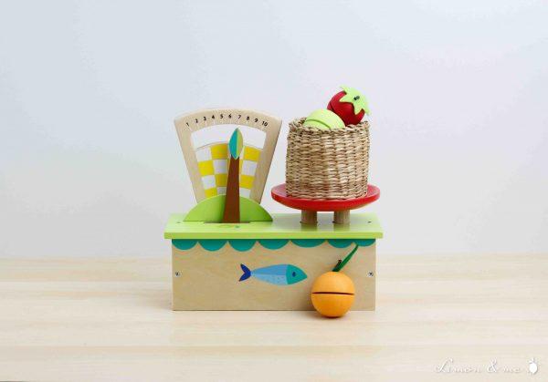 Balanza de madera con frutas para pesar - Tender Leaf