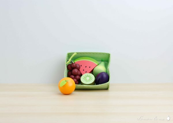 Set de frutas variadas de madera en cesta de tela - Tender Leaf