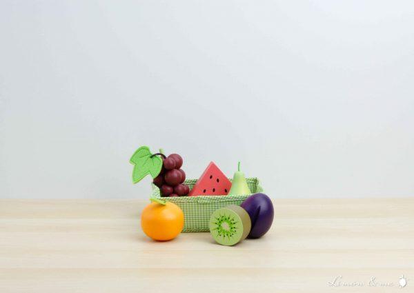 Frutas variadas de madera: racimo de uvas, medio kiwi verde, tajada de sandía, pera, mandarina y ciruela - Tender Leaf