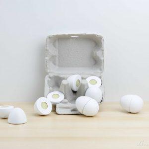 Huevera de cartón con huevos de madera unidos con velcro - Jabadabado