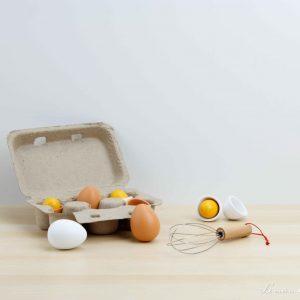 Set para batir huevos de madera, los huevos se pueden abrir y vienen en una caja de cartón - Small Foot
