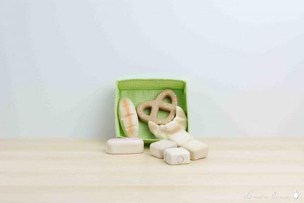 Bollería y panes de madera: croissant, petisú de fresa, bretzel alemán, mini baguette y salaíllas - Tender Leaf