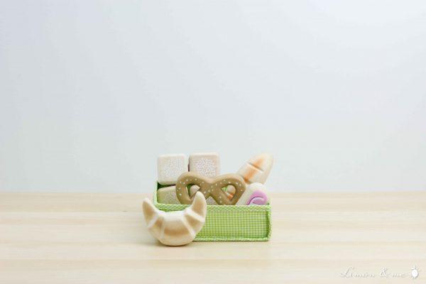 Bollería y pan de madera en cesta de tela - Tender Leaf