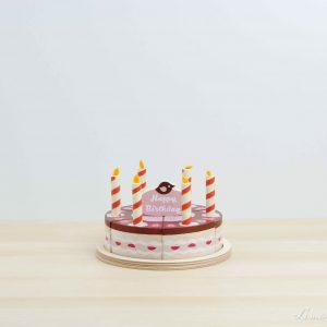 """Tarta de chocolate y fresa de madera con topping """"Happy Birthday"""" y velas - Tender Leaf"""