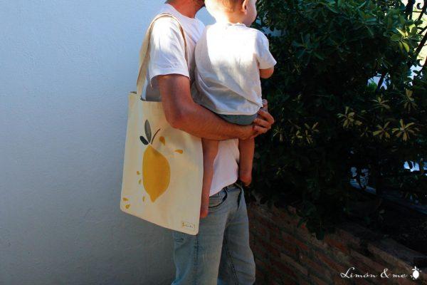 Chico con bebé con bolsa de la compra - Limón & me