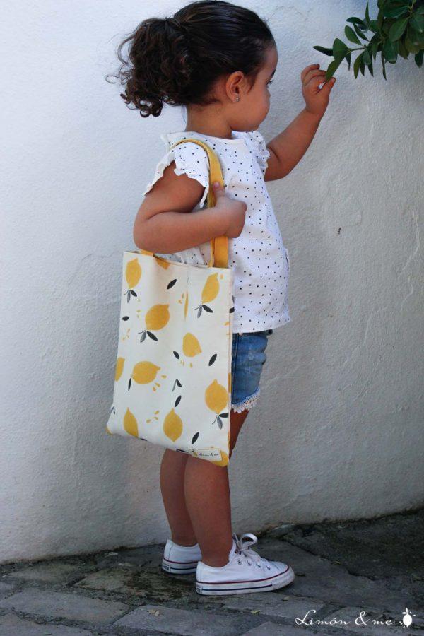 Niña mostrando mini bolsa de la compra de tela de limones - Limón & me