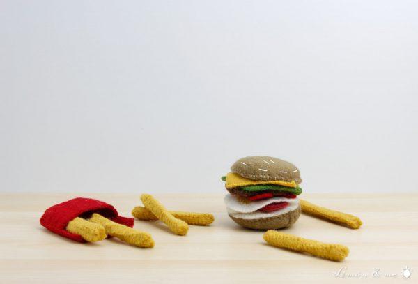 Hamburguesa de fieltro con ingredientes y patatas fritas en paquete - Papoose