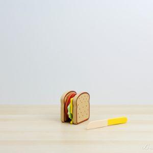Sandwich con ingredientes de madera y cuchillo - Small Foot