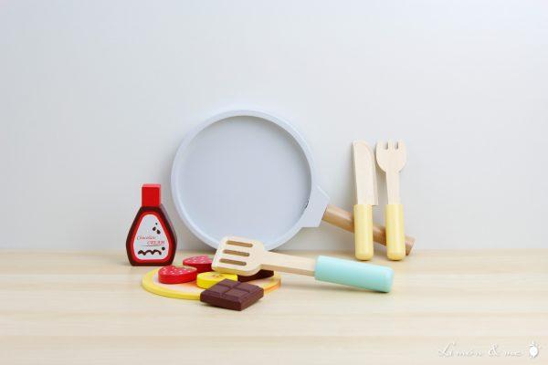 Set para hacer tortitas de madera con sartén, paleta y cubiertos - Small Foot