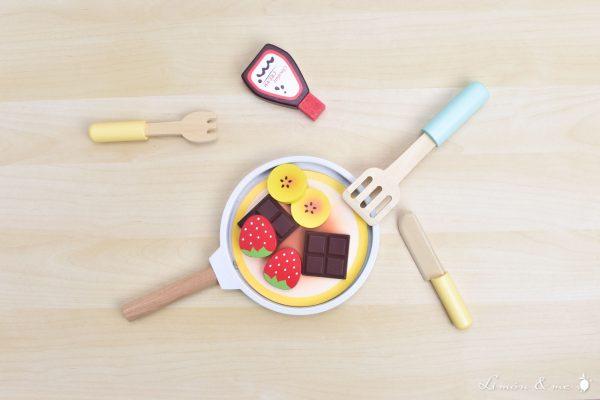 Tortitas de madera con chocolate, plátano, fresas y sirope - Small Foot
