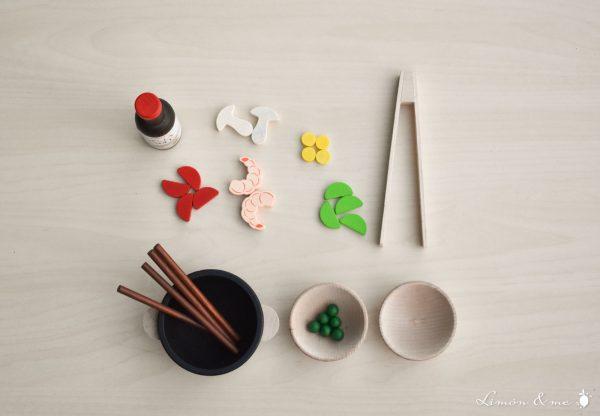 Set asiático con gambas, pimientos, setas, guisantes y soja de madera - Erzi
