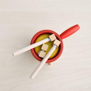 Set de fondue con queso y palitos de madera con velcro para el pan - Erzi