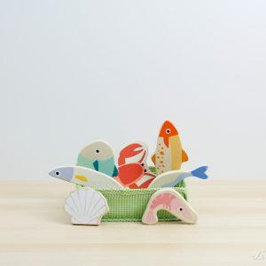 Set de pescado y marisco fresco de madera en cesta de tela - Tender Leaf