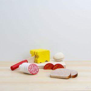 Tapas de madera con salchichón, pan, tomate, queso y huevo - Erzi